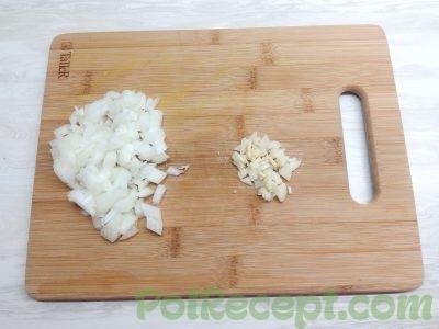 нарезанный лук и чеснок