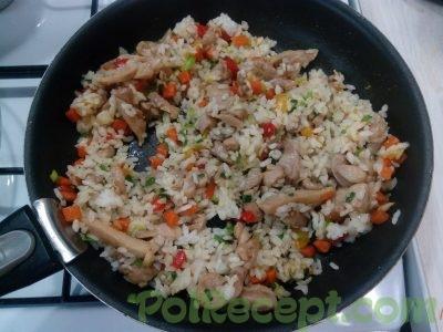 овощи и курица и рис на сковороде