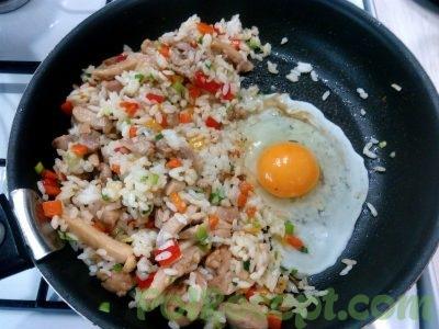 все ингредиенты на сковороде и яйцо