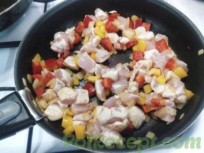 лук перец и мясо на сковороде