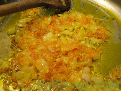 лук и морковь с маслом на сковороде