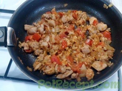 курица и помидоры и рис