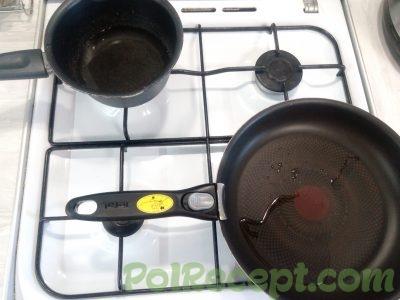 сковорода и кастрюля на плите