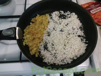 лук и рис на сковороде