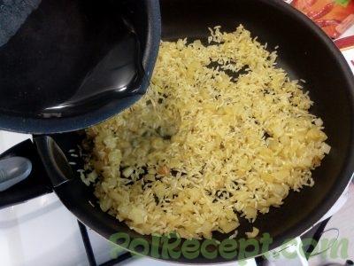 лук и рис с водой на сковороде