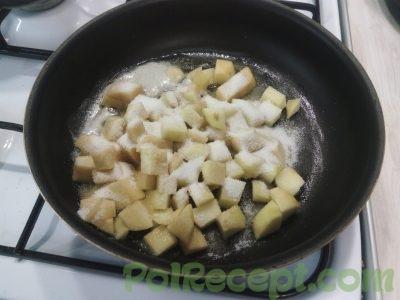 яблоки с сахаром на сковороде