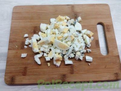 нарезанные вареные яйца