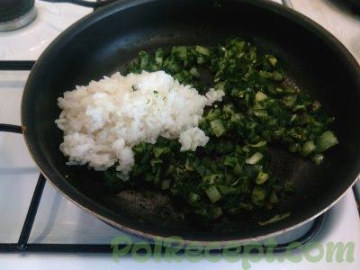 лук шпинат и рис на сковороде
