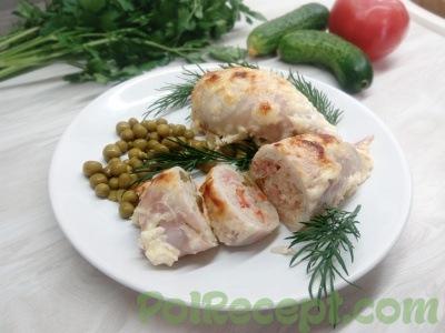 готовое блюдо на тарелке на столе