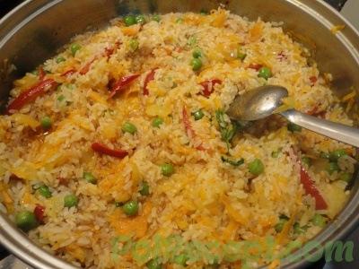 обжаренные овощи и рис на сковороде