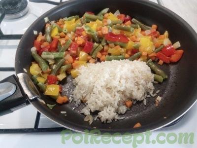 овощи и рис на сковороде