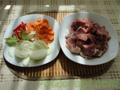 промытое мясо и нарезанные овощи