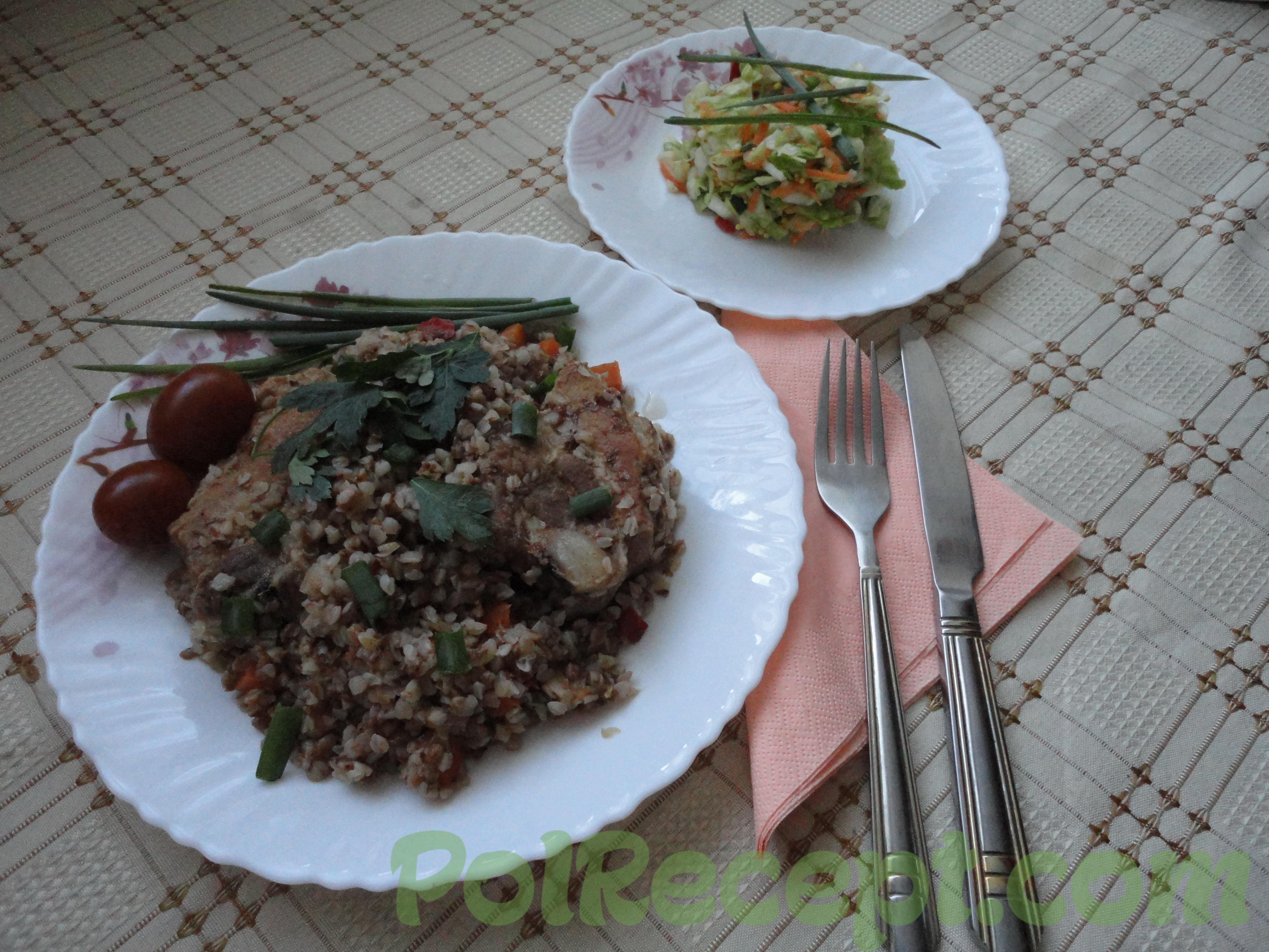 готовая гречка на тарелке