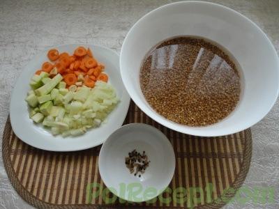 очищенная гречка и резаные овощи