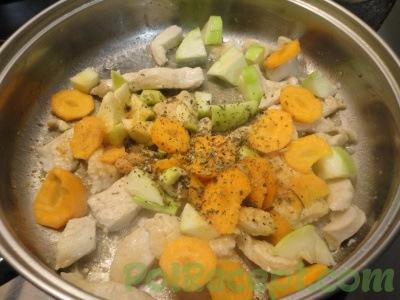 морковь и кабачок и курица и специи