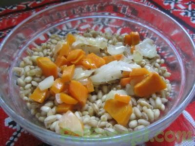 крупа в миске с луком и морковью
