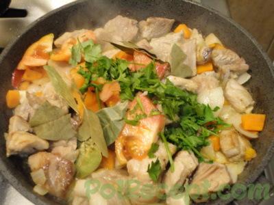 мясо лук и морковь и зелень