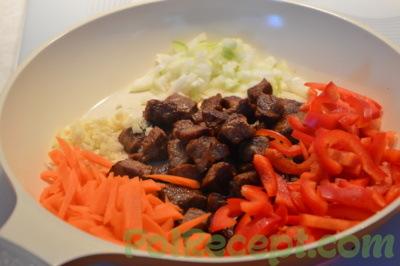 нарезанные овощи и мясо на сковороде
