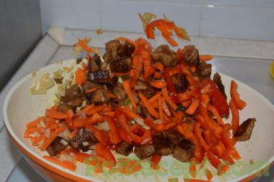 нарезанные овощи и мясо на сковороде с маслом