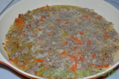 продукты на сковороде с водой