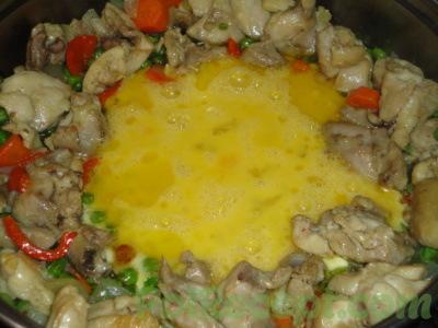 овощи на сковороде с яйцом